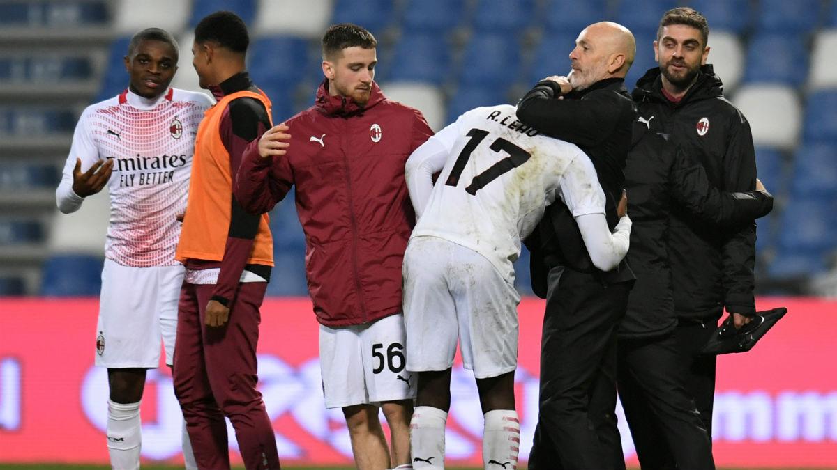 Rafael Leao es felicitado por sus compañeros tras su gol. (Getty)