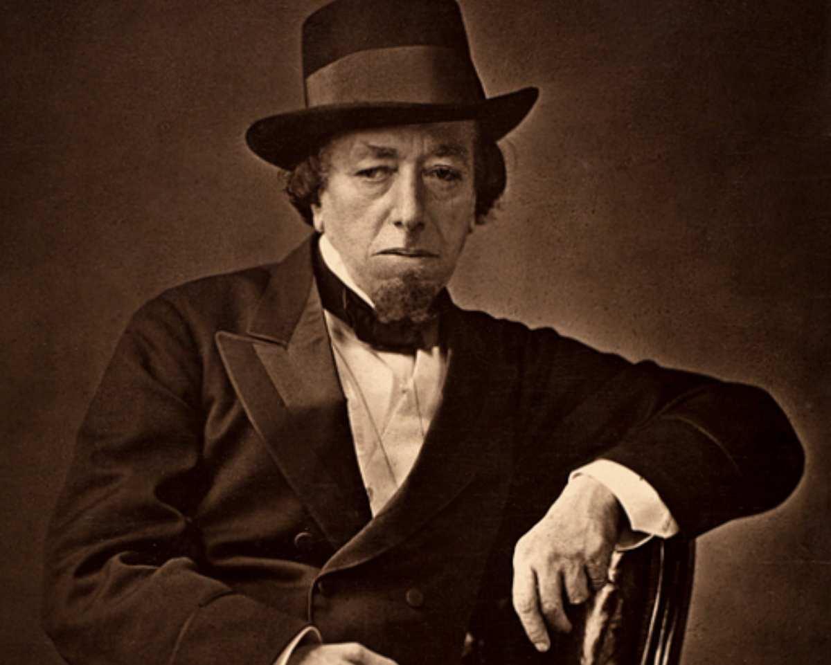 Frases del escritor y político Benjamin Disraeli en el día de su nacimiento