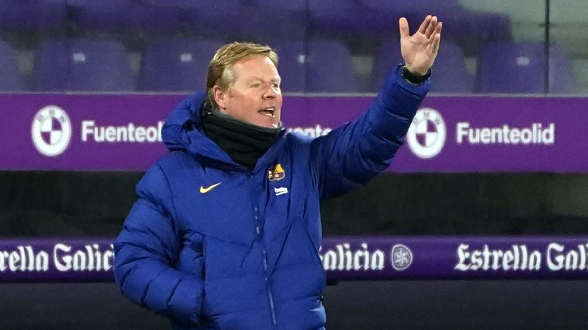 Ronald Koeman da indicaciones durante el Valladolid – Barcelona en el José Zorrilla. (AFP)
