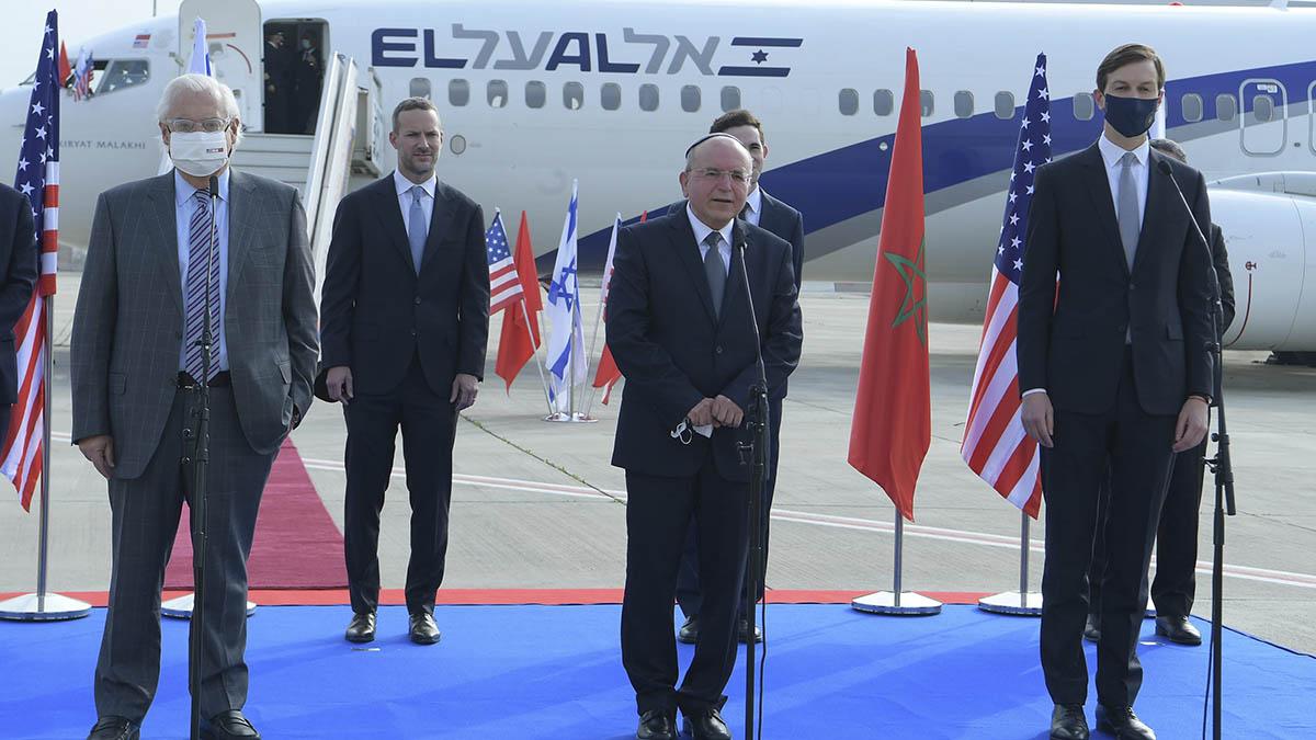 El asesor y yerno de Donald Trump, Jared Kushner (derecha) junto al Asesor Nacional de Seguridad de Israel, Meir Ben-Shabbat (centro) durante la inauguración en el aeropuerto Ben Gurion del primer vuelo directo a Marruecos.