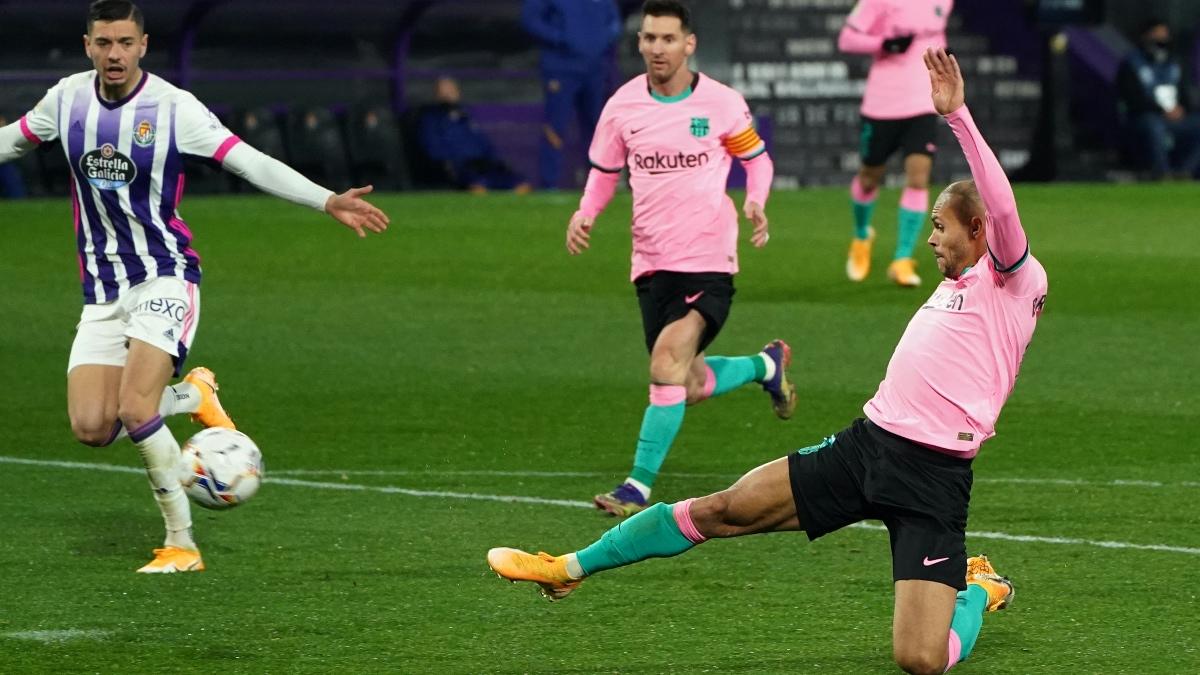 Braithwaite intenta el remate durante el Valladolid – Barcelona. (AFP)