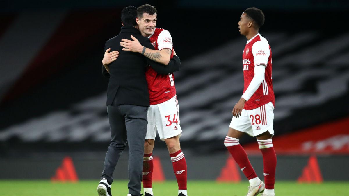 Mikel Arteta se abraza a Xhaka tras la victoria del Arsenal. (Getty)