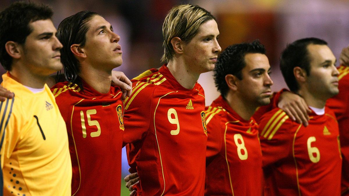 Casillas, Ramos, Xavi e Iniesta, con Torres, antes de un partido de España en 2009 (Getty)