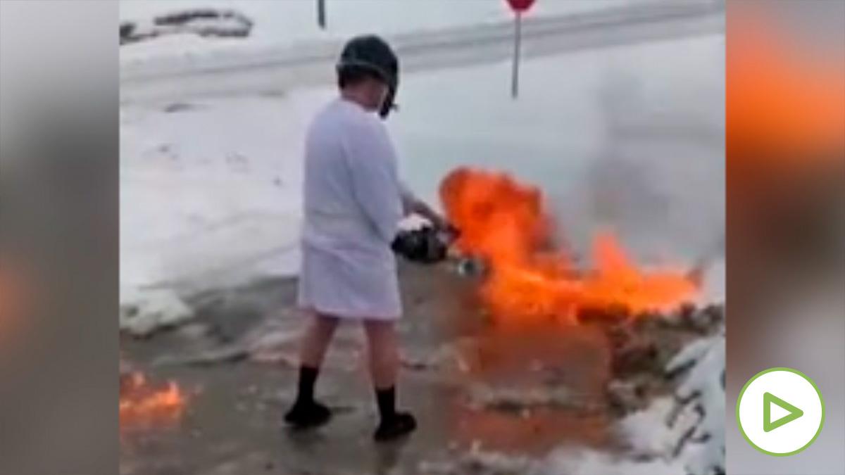 Un vecino de Kentucky usa un lanzallamas para limpiar la nieve de su casa.
