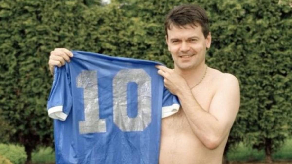 Steve Hodge posa con la camiseta de Diego Armando Maradona del Inglaterra-Argentina del 86′.