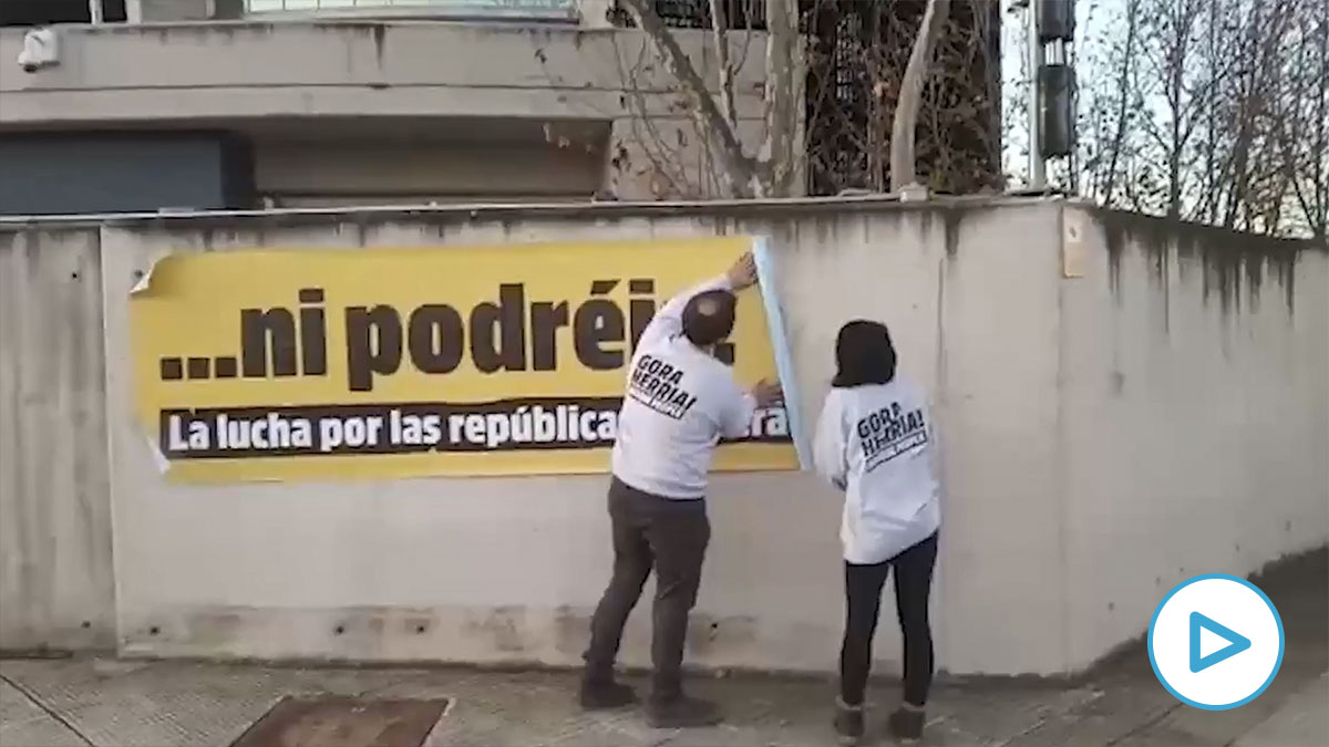 Militantes de Sortu colocan un cartel a favor de la «república vasca» en la sede de la Audiencia Nacional en San Fernando de Henares. (Imagen: Sortu)