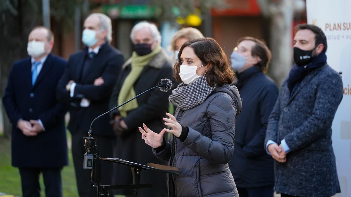 La presidenta de la Comunidad de Madrid, Isabel Díaz Ayuso, durante su visita al dispositivo de test de antígenos de Mercamadrid. Foto: Europa Press