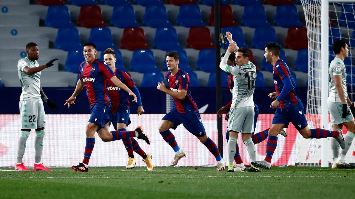 Los jugadores del Levante celebran uno de los goles frente al Betis. (Getty)
