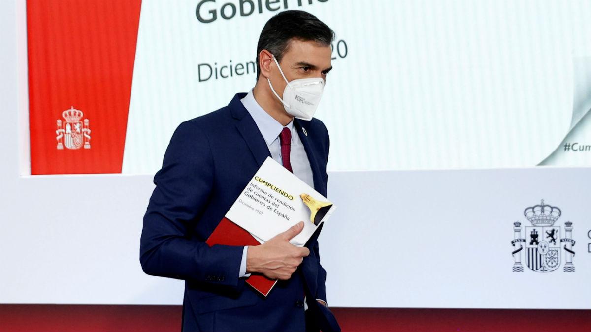Pedro Sánchez con su informe de gestión de 2020 tras su comparecencia en Moncloa. (Foto: Efe)