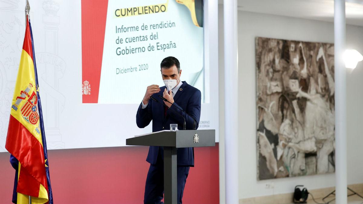 El presidente Pedro Sánchez llegando al atril de Moncloa para hacer su balance anual de 2020. (Foto: Efe)