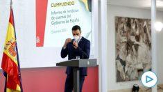 El presidente Pedro Sánchez llegando al atril de Moncloa para hacer su balance anual. (Foto: Efe)