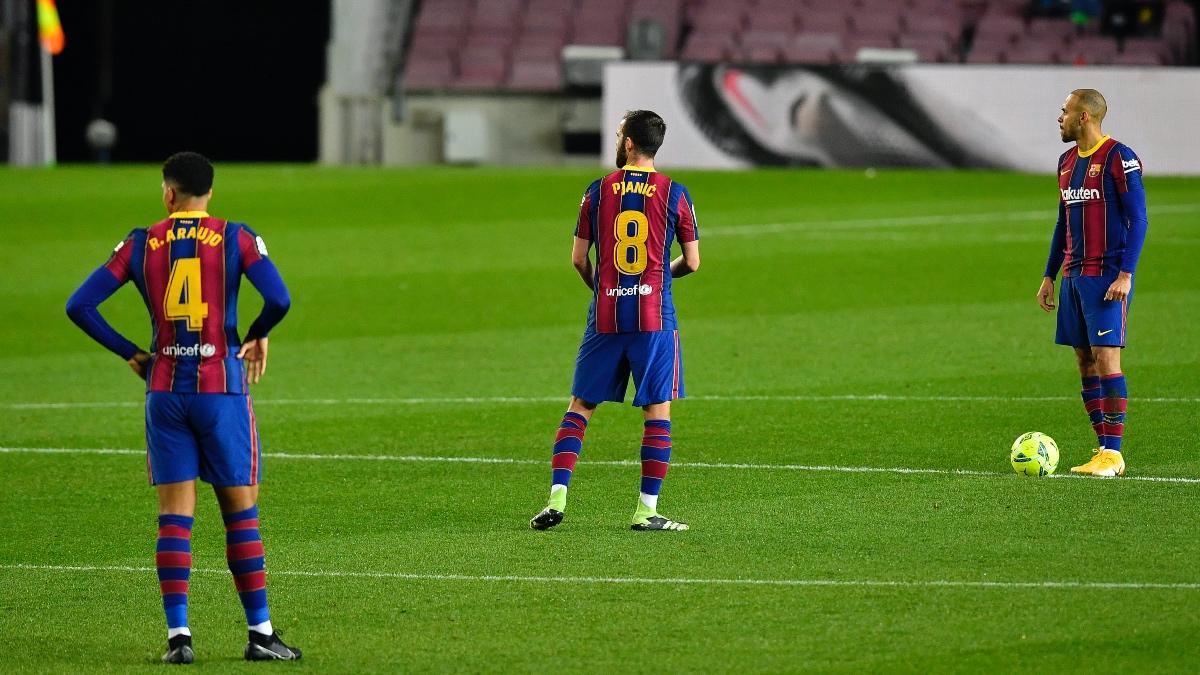 Araujo, Pjanic y Braithwaite, tras el gol encajado ante el Eibar. (AFP)