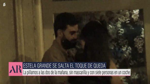 Estela Grande y su nuevo novio, muy acaramelados en plena calle