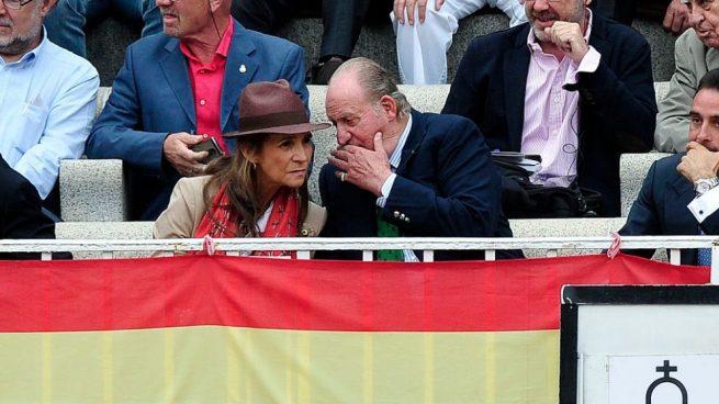 Juan Carlos I y su hija la infanta Elena en la Plaza de Las Ventas de Madrid. @Getty