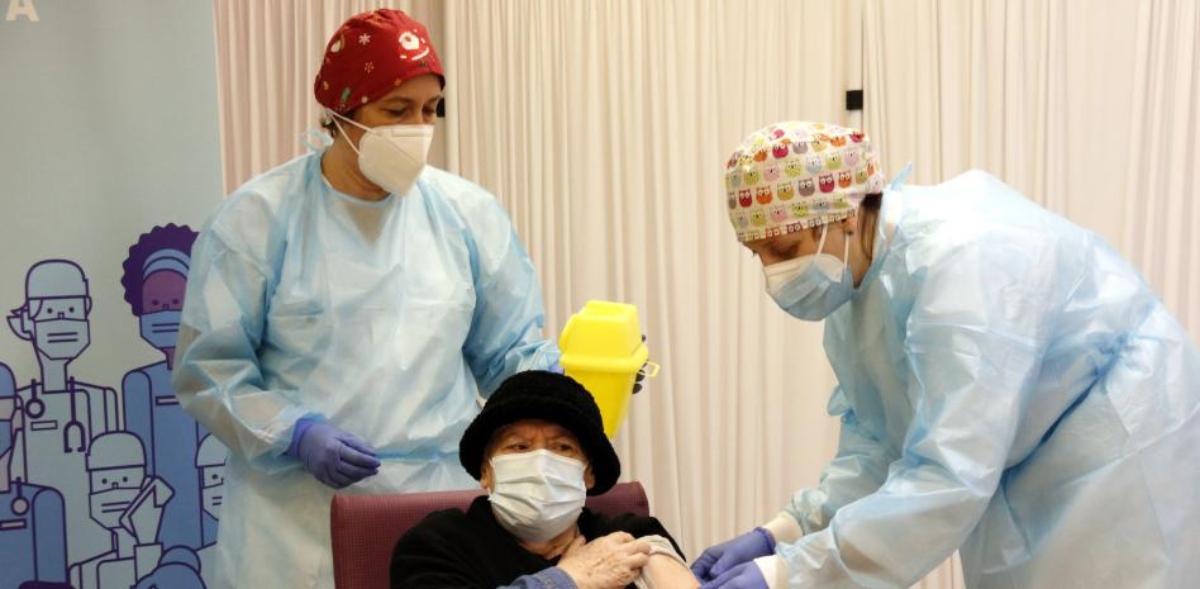 Una anciana recibe la vacuna contra el Covid-19.
