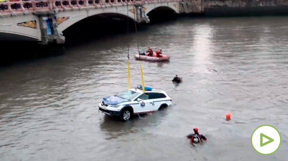 Encuentran sin vida al ertzaina que cayó con su coche patrulla al río Urumea en San Sebastián.