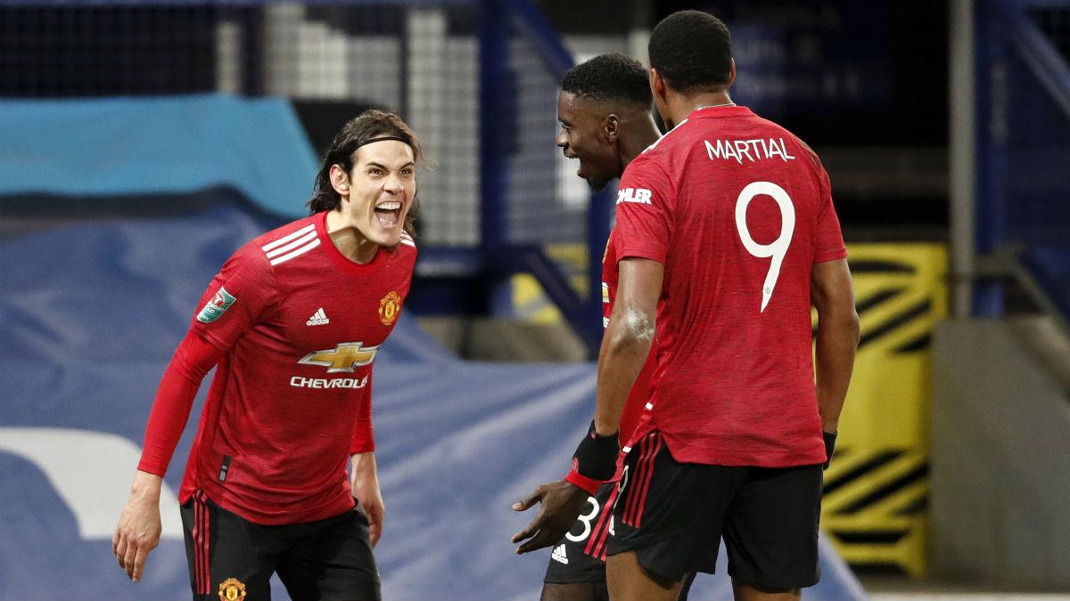 Cavani celebra un gol con Martial y Tuanzebe. (Getty)