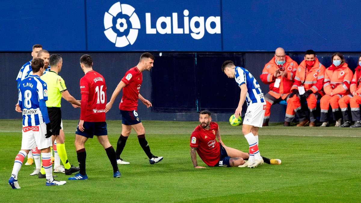 Los jugadores de Osasuna y Alavés, en un lance del partido. (EFE)
