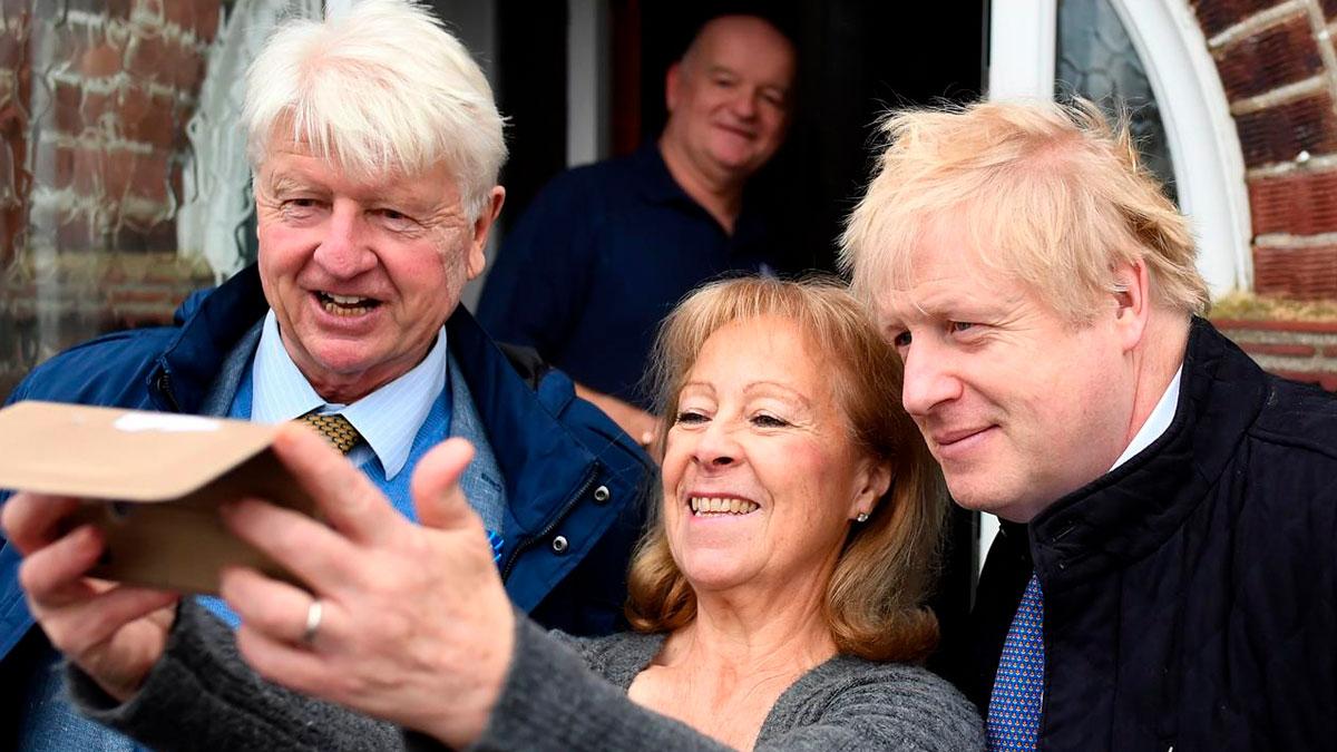 Los padres de Boris Johnson con su hijo frente a Downing Street, residencia del primer ministro británico. Foto: EP