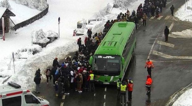 La nieve y el hielo y la gran afluencia de personas han complicado este sábado la circulación en los accesos por carretera en la sierra de Madrid, donde han tenido que ser evacuadas 350 personas que habían quedado atrapadas en el Puerto de Navacerrada. Foto: EFE