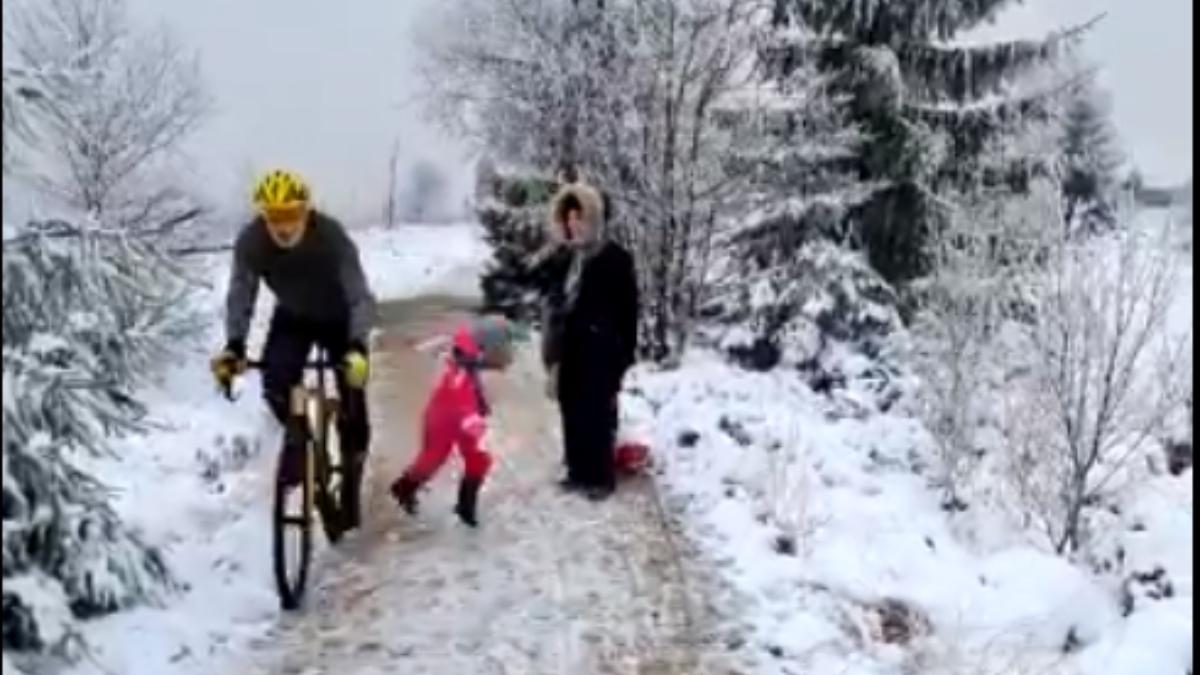 El indignante rodillazo de un ciclista a una niña