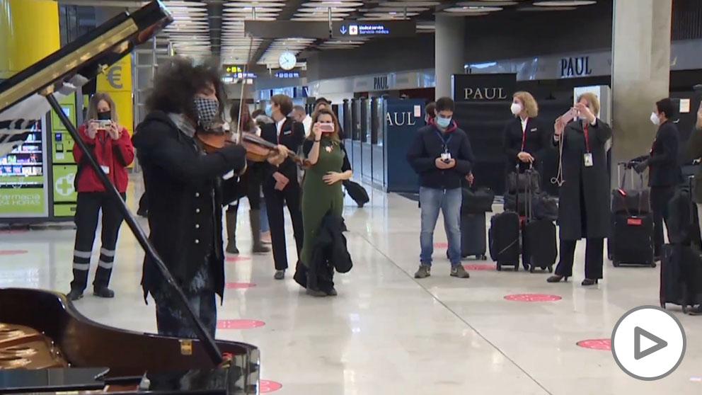 El violinista Ara Malikian da un concierto inesperado en Barajas