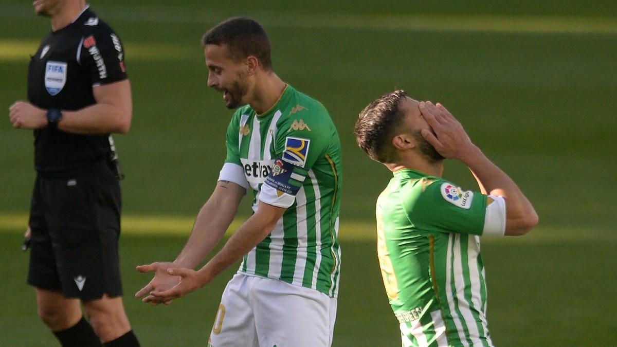 Fekir y Canales se lamentan en el derbi. (AFP)