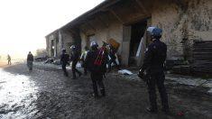 Gendarmes franceses se dirigen hacia la nave donde se celebraba una fiesta ilegal en Rennes.