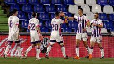 Los jugadores del Valladolid celebran el gol de Weissman. (EFE)