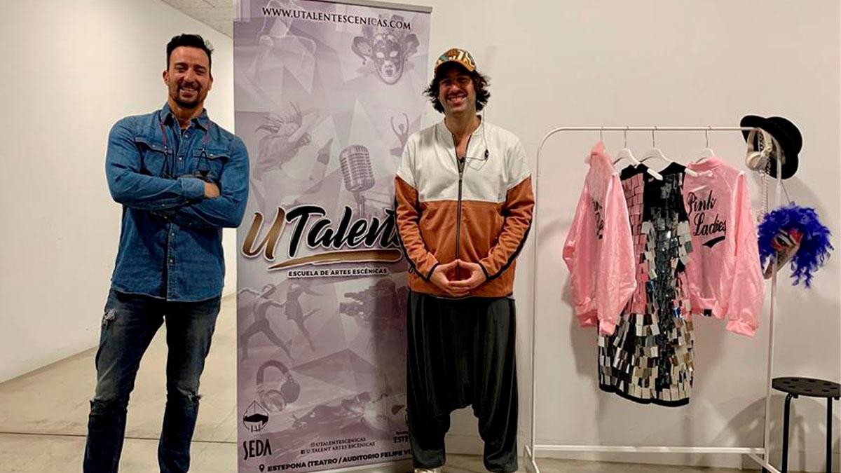 El actor Pablo Puyol (izda) y el director de la Escuela de Artes Escénicas Utalent Tito Almazán, tras un curso intensivo celebrado estos días en el auditorio Felipe VI de Estepona (Málaga). Foto: EFE
