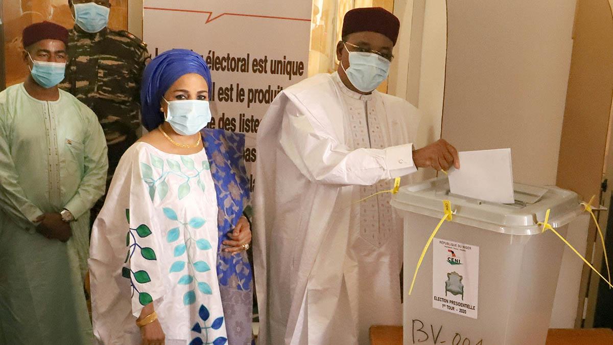 El presidente de Níger Mahamadou Issoufou deposita su voto en las elecciones celebradas el pasado día 27 de diciembre.