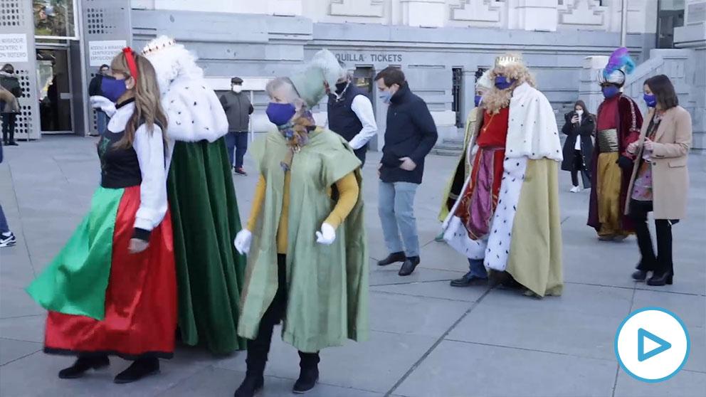 Almeida baila con los Reyes Magos.