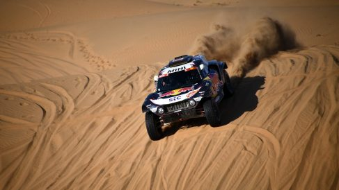 Carlos Sainz durante la segunda etapa del Rally Dakar 2021. (AFP)