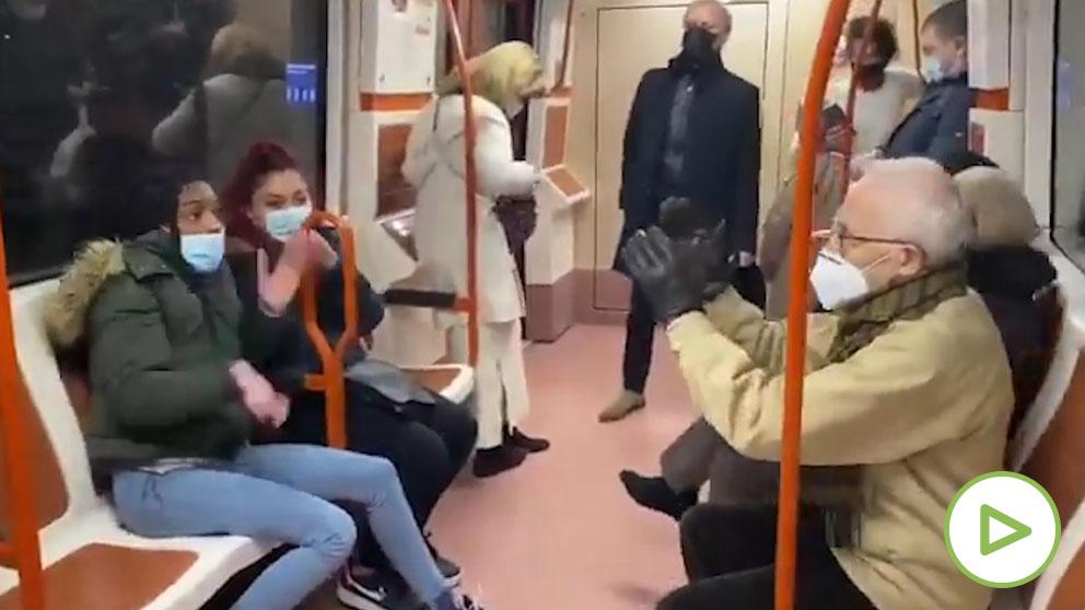 """Discusión en el Metro por la mascarilla- """"Que se tape la nariz c***"""""""