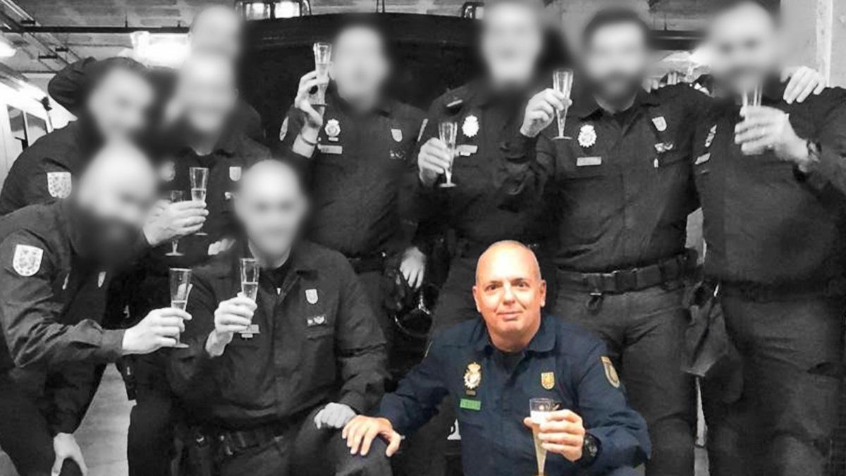 El agente fallecido junto a sus compañeros de la UIP.