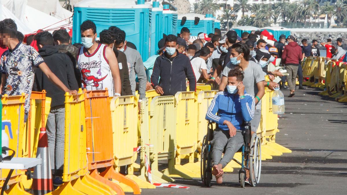 Inmigrantes hacen cola en el Muelle de Arguineguín, en Gran Canaria. Foto: EP