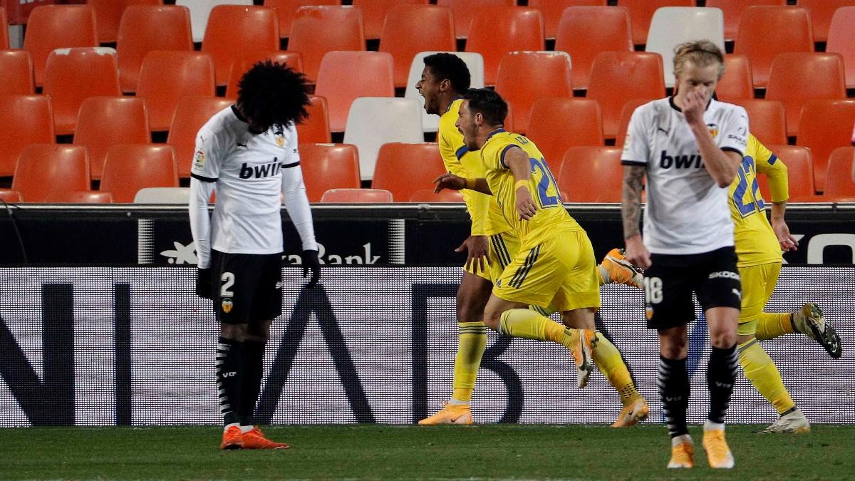 Los jugadores del Cádiz celebran un gol contra el Valencia. (EFE)