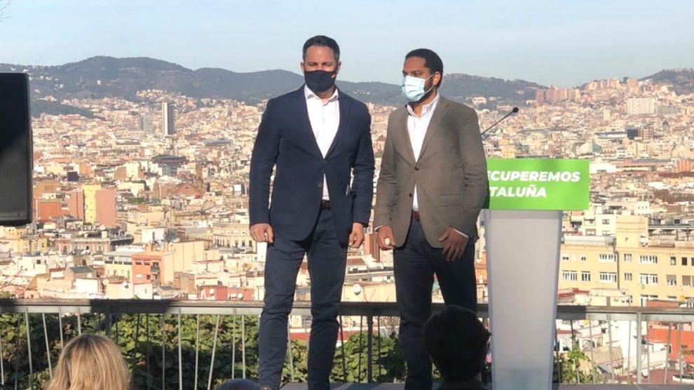 El presidente de Vox, Santiago Abascal, junto al diputado de Vox en el Congreso, Ignacio Garriga, en el acto de presentación del lema y programa del partido para la campaña del 14-F. (Foto: Europa Press)