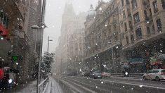 Una foto de archivo de nieve en la Gran Vía de Madrid.