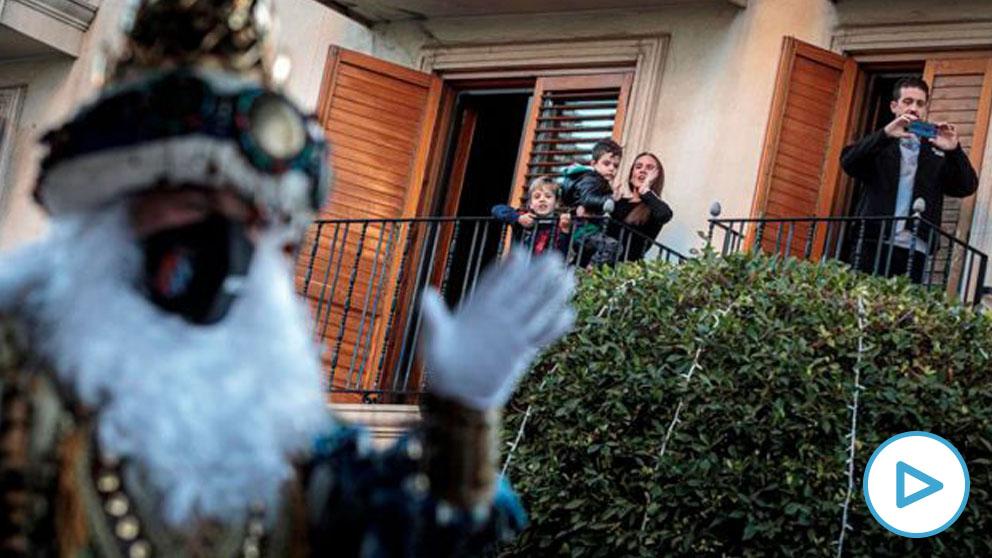 Los Reyes Magos han llegado este martes a la Comunidad Valenciana en medio de un ambiente muy frío, que no les ha impedido recorrer las calles de muchos pueblos para saludar a los niños y niñas que les esperaban desde las ventanas y balcones. Foto: EFE