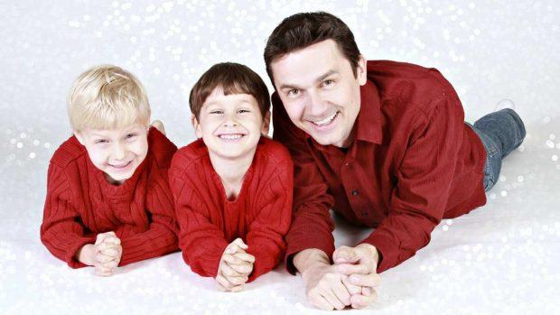 Padre con hijos en Navidad