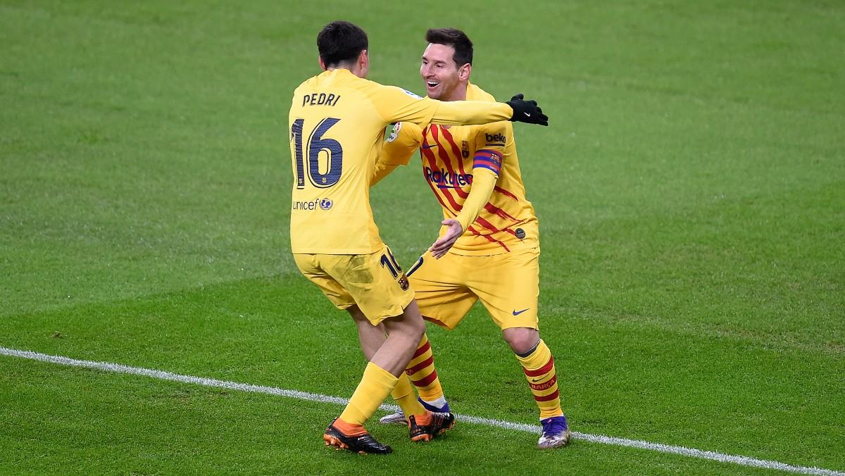 Pedri se abraza a Messi. (Getty)