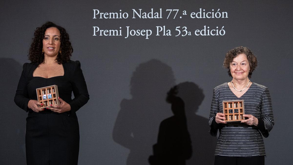La escritora Najat El Hachmi, ganadora del Premio Nadal, y la escritora Maria Barbal, ganadora del Premio Pla, en Barcelona, Cataluña (España), a 6 de enero de 2021. Foto: EP