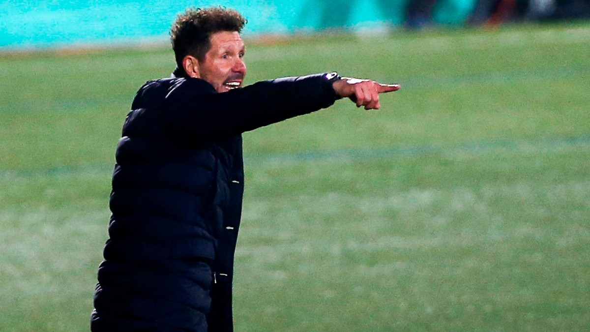 Simeone da instrucciones durante el Cornellà-Atlético. (EFE)