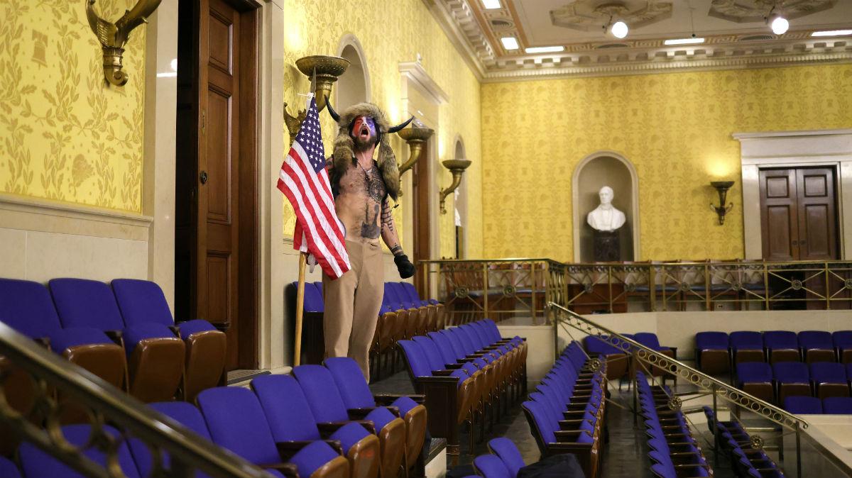 El aspecto estrafalario de uno de los seguidores de Donald Trump, en el interior del Capitolio (Fotos: AFP y Getty).