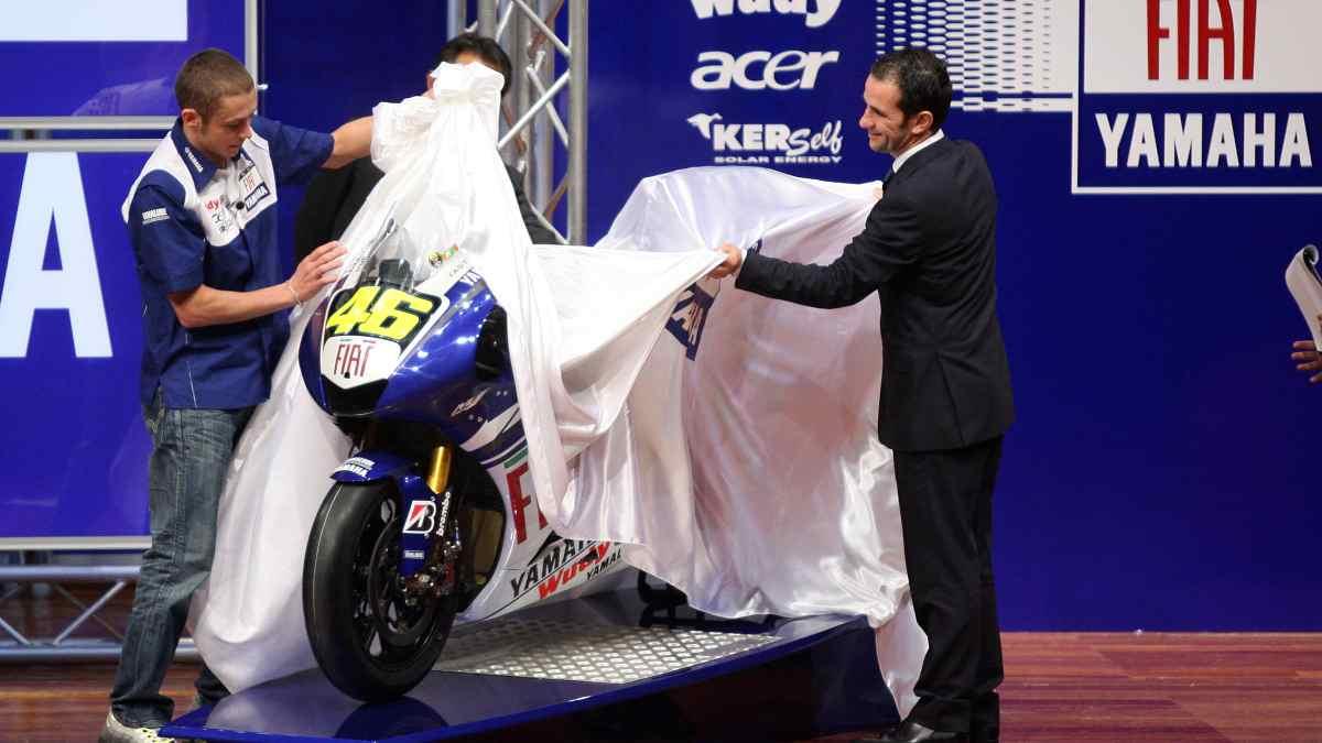 Valentino Rossi y Davide Brivio durante su etapa en Yamaha. (AFP)