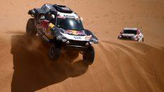 Carlos Sainz, en una duna. (AFP)