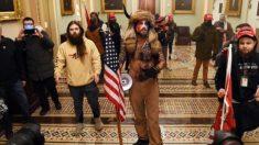 Todo sobre Jake Angeli el hombre 'con cuernos' símbolo del asalto al Capitolio