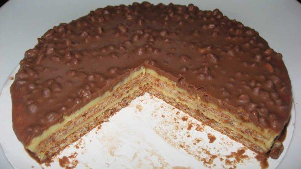 Pastel de barritas de cereal, chocolate y avellanas