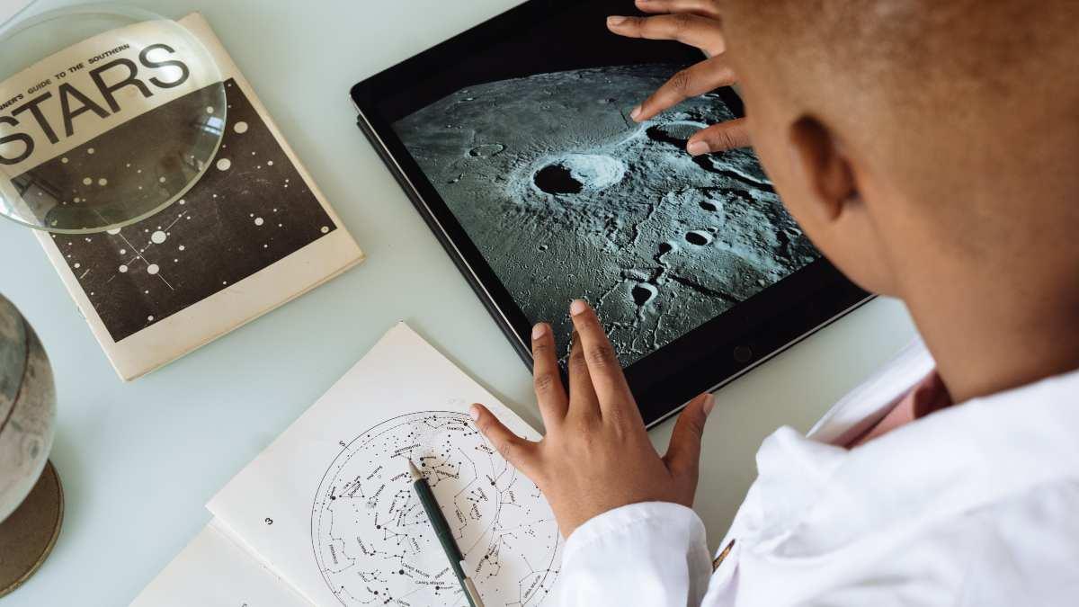 Emisiones lunares de carbono